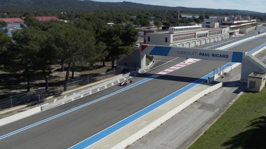Vidéo Par Drone Circuit Paul Ricard Castellet | Prise de vue aérienne du circuit du Castellet | Droniste Paul Ricard | vue aérienne d'une formule 1 qui sort des stands sur le circuit du castellet filmé par drone