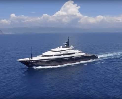 Spécialistes images aériennes en mouvement - prise de vue par drone - Suivi voiture par drone - Suivi de bateau par drone
