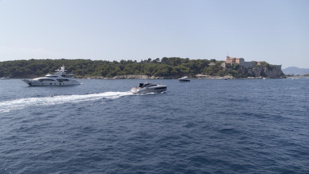 prestataire drone marseille sur bateau droniste spécaliste des prises de vues aériennes en mer