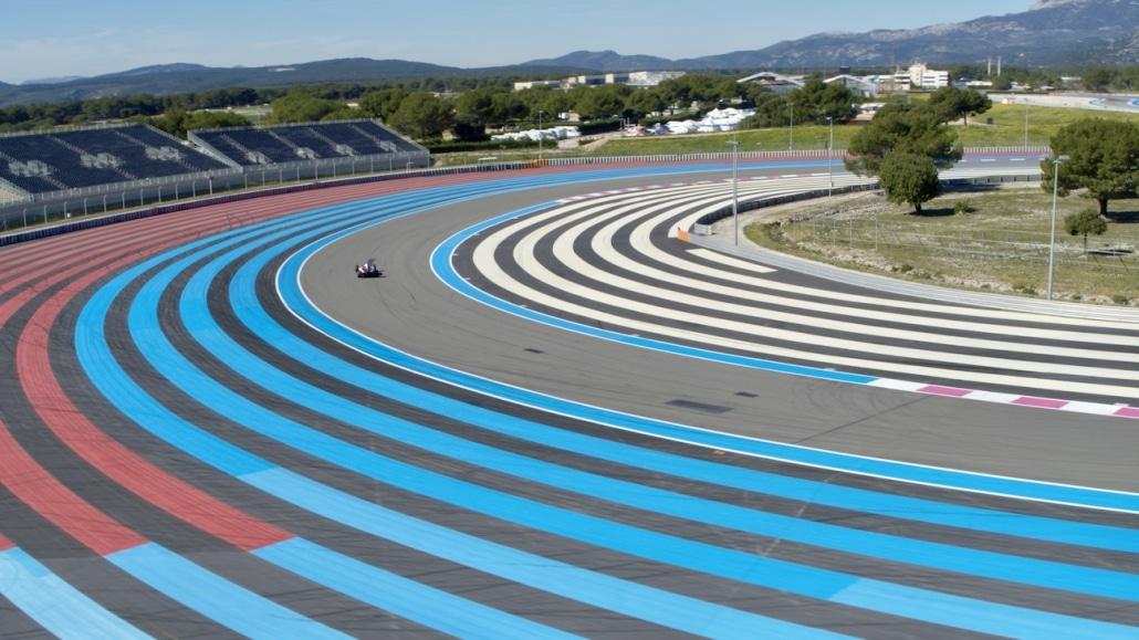 Vue Aérienne D'une Formule 1 Sur Le Circuit Du Castellet dans le double droit du beausset | drone automobile