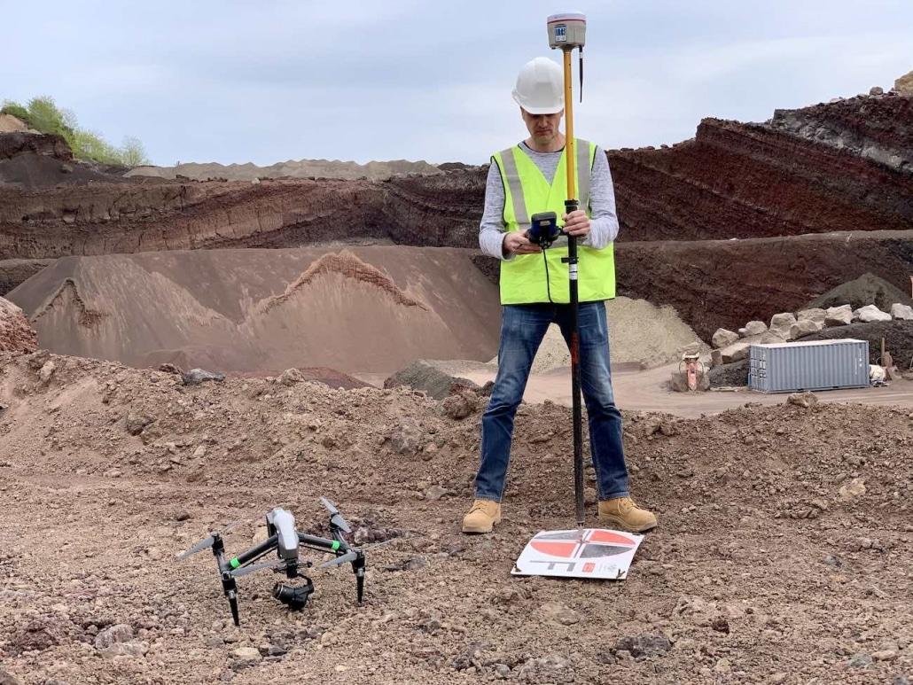 Entreprise De Photogrammétrie | Géomètre Expert qui réalise un levé de cible photogrammétrique pour la réalisation d'un plan topographique par drone