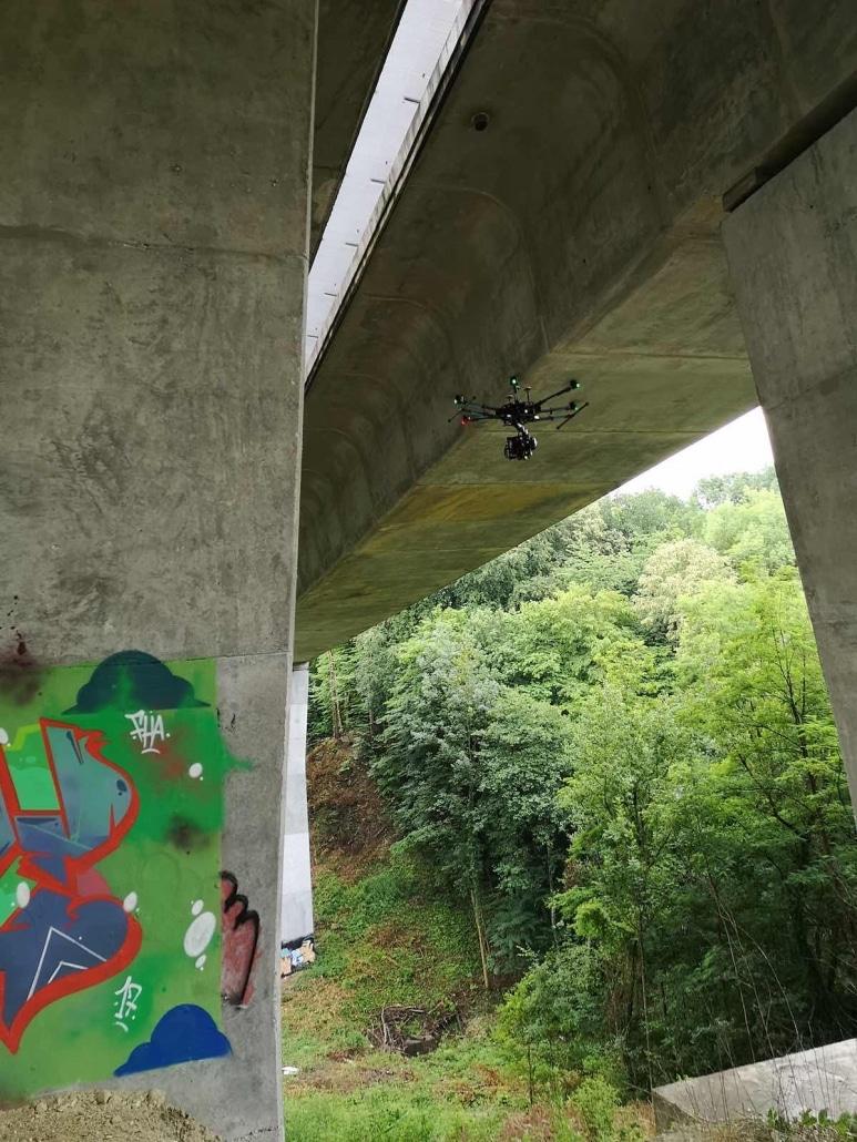 Vol D'un Drone Pour Une Inspection De Pile De Pont