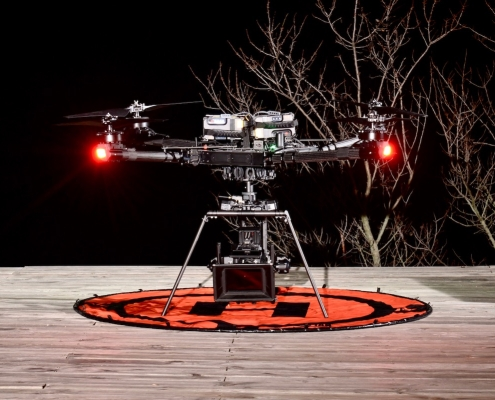 Opérateur Drone Cinema Freefly Alta X Porter Une Camera Red Sous Un Drone